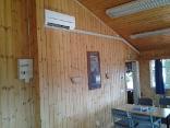 AC restaurangdel med stora solinstrålningsytor
